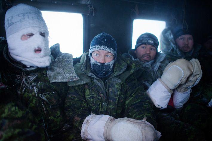 Membros de uma tripulação canadense, com gelo no rosto, voltam para o conforto das refeições e ...