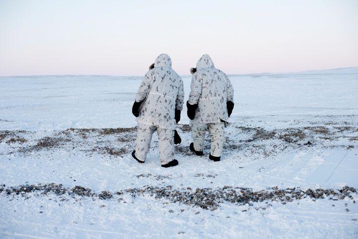 """""""Continue andando"""" é a palavra de ordem nas operações militares do Ártico, onde qualquer coisa—ou pessoa—que ..."""