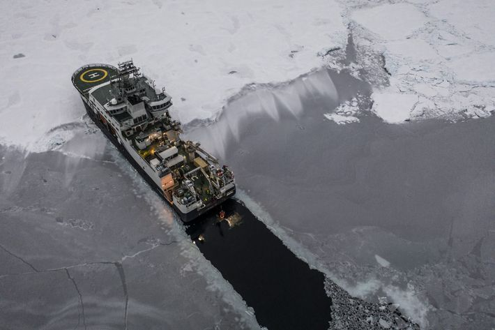 O quebra-gelo Kronprins Haakon deixa um rastro escuro através da cobertura de gelo do Ártico, enquanto ...