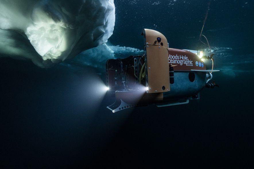 O submersível Nereid Under Ice inicia sua exploração das águas cobertas de gelo do Ártico, na ...