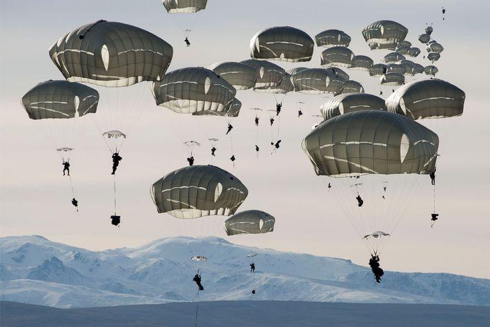 Soldados norte-americanos chegam de paraquedas à Área de Treinamento Donnelly, próximo a Fort Greely, Alaska. Em ...