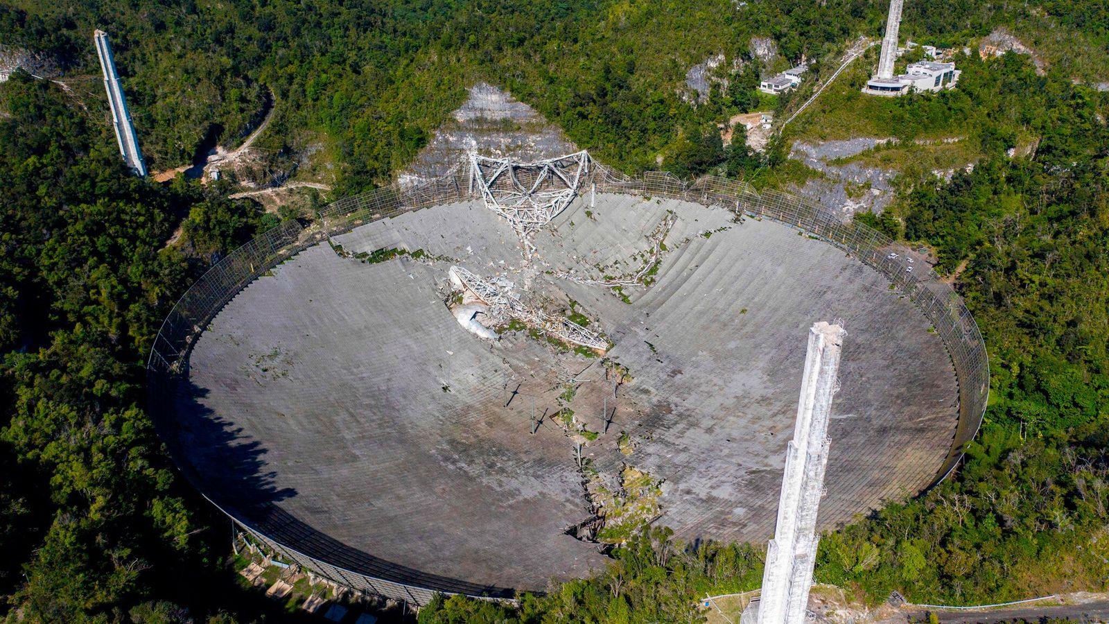 Fotografia aérea mostra os danos ao Observatório de Arecibo depois que a plataforma do equipamento de 900 toneladas ...
