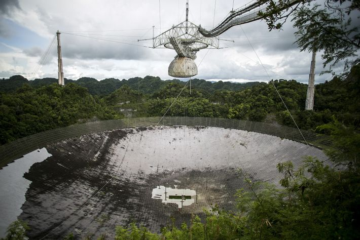 A plataforma suspensa sobre a antena de rádio de Arecibo contém muitos dos instrumentos científicos do ...