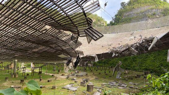 A principal antena parabólica do Observatório de Arecibo figura entre os maiores radiotelescópios de antena única ...