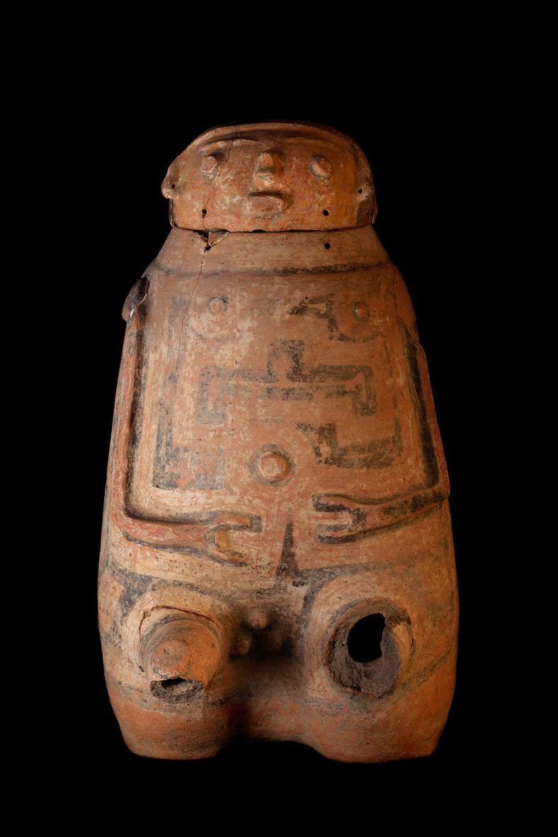 Urna funerária antropomorfa do estilo Caviana, encontrada pela arqueóloga Edith Pereira no sítio Pacoval, em Macapá. As ...