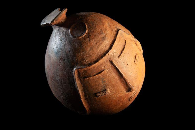 Tampa de urnas, ou cabeça, da tradição Maracá, datada a partir do século 11. O patrimônio arqueológico associado a ...