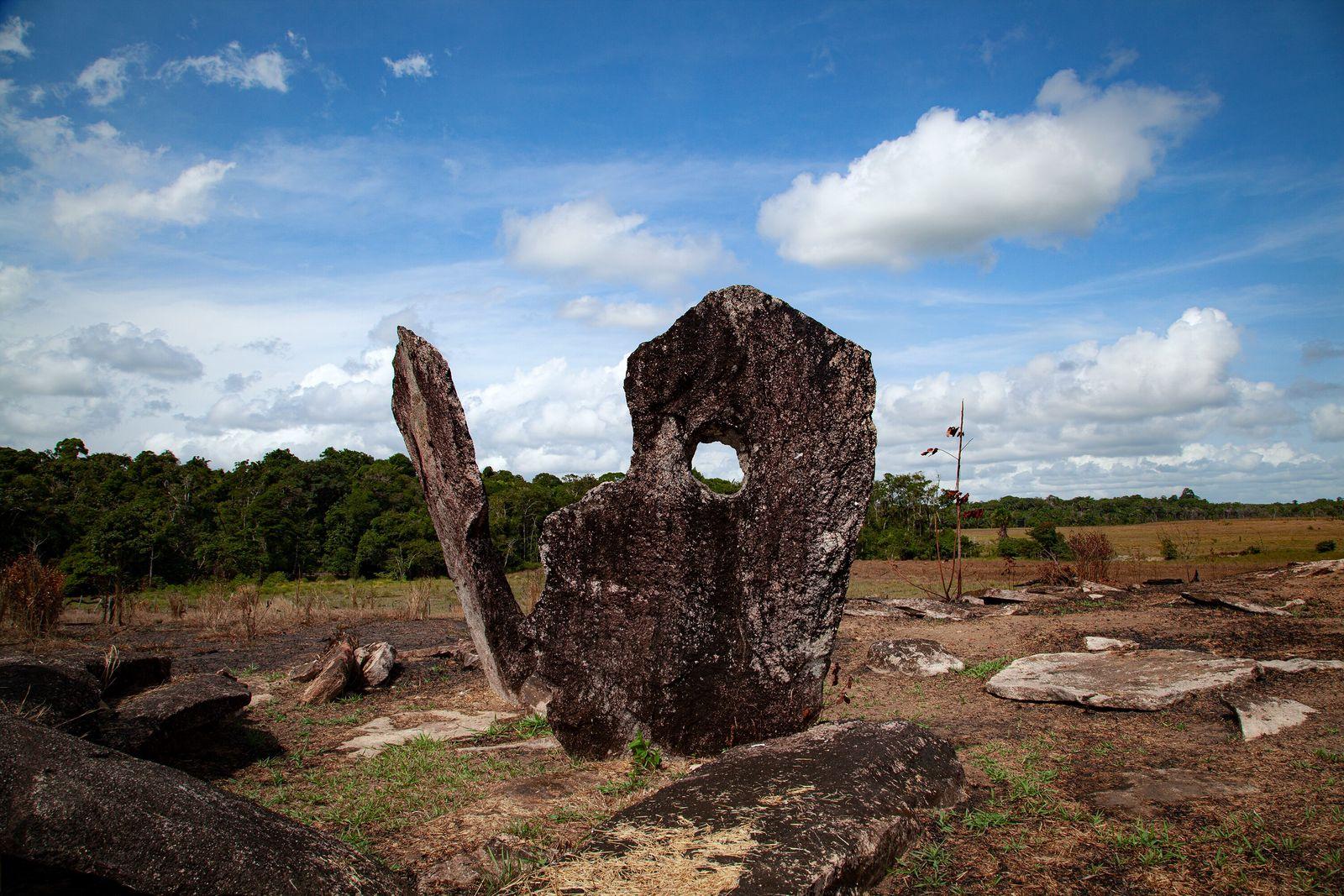 Estruturas megalíticas de até 4 m de altura dispostas em círculo de 30 m de diâmetro ...