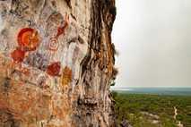 Pintura rupestre no paredão do sítio arqueológico Serra da Lua, que apresenta 41 painéis, no município ...