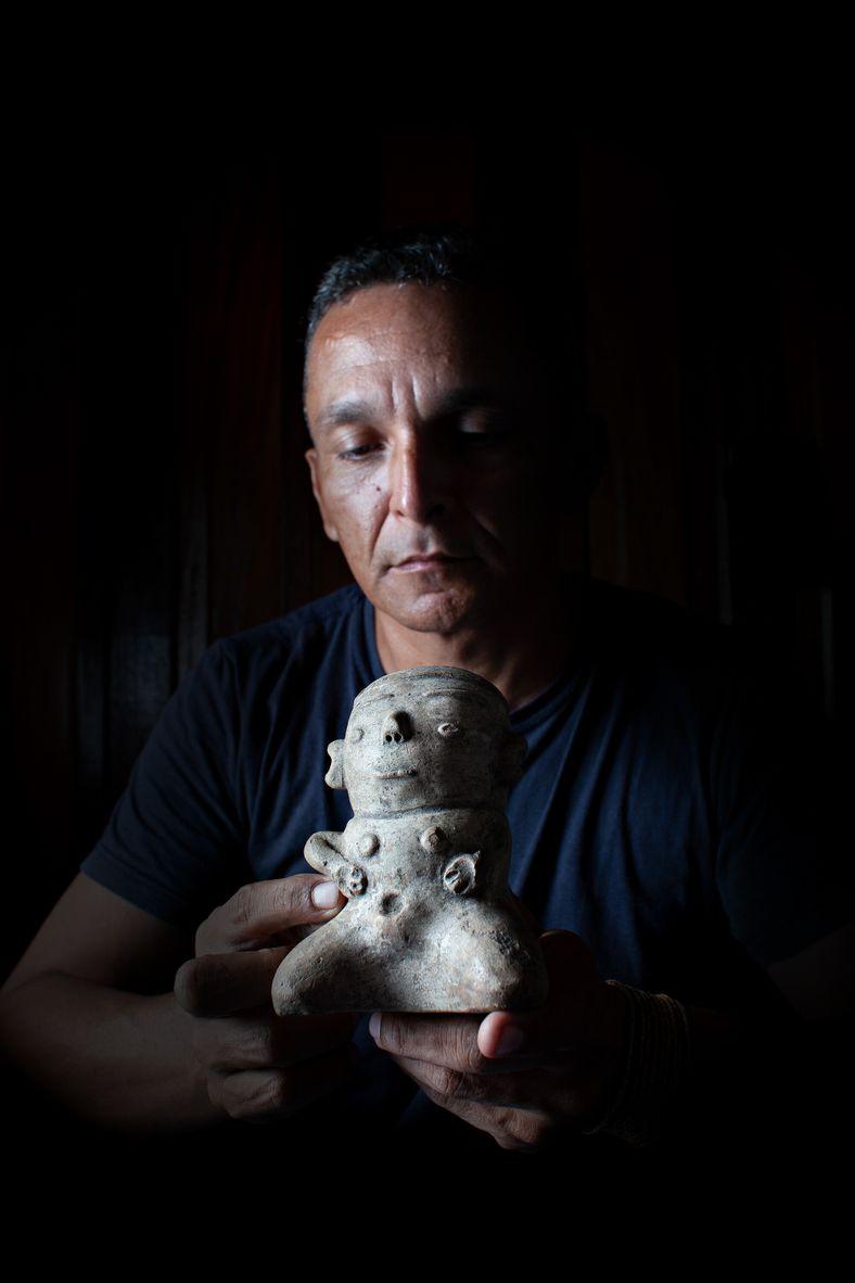 O arqueólogo Marcio Amaral segura estatueta do período do povo indígena tapajônico, cultura que habitou a ...