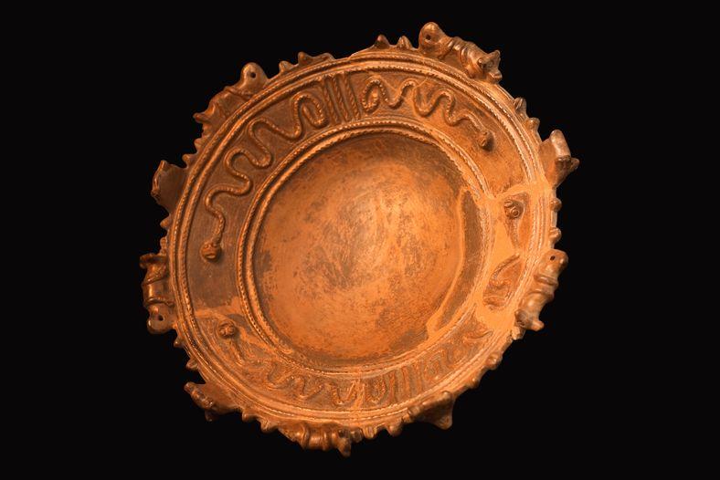 Vasilha com base em pedestal da cultura arqueológica Santarém, do tipo por vezes denominado 'fruteira'.  Acervo do ...