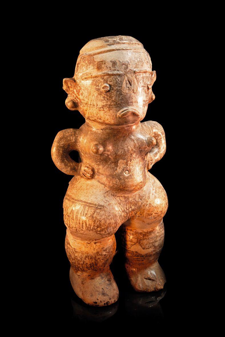 Estatueta em cerâmica de figura feminina adornada com pintura corporal e modelada da fase Tapajônica. No ...
