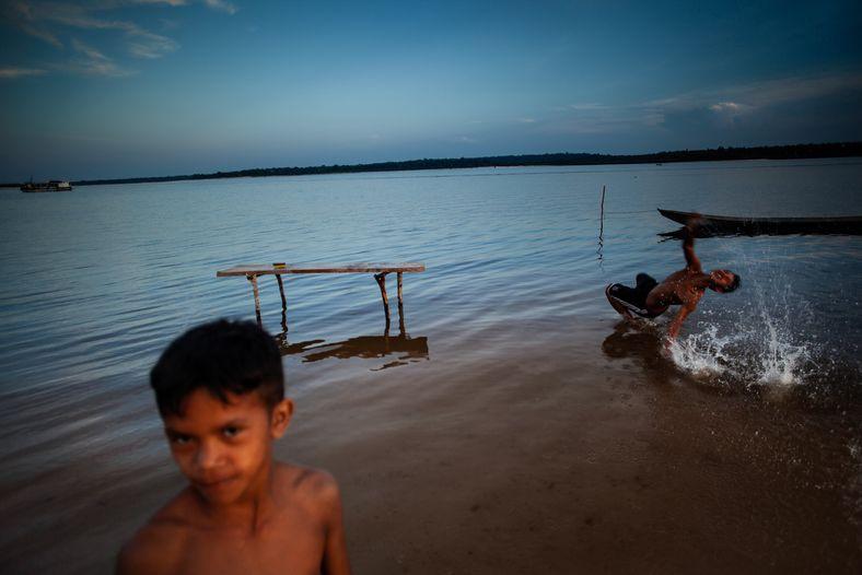 Crianças brincam em comunidade às margens no rio Tapajós, próxima a Santarém. A região teve diversas ...