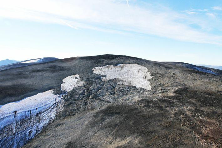 Vista aérea da parte superior da camada de gelo de Langfonne em derretimento. Os pesquisadores estimam ...