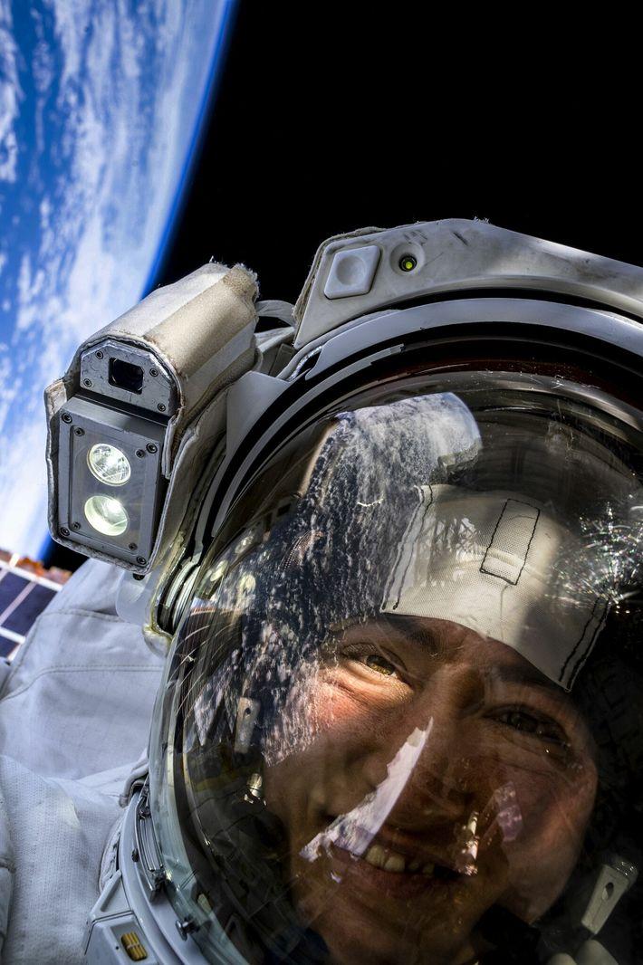 Astronauta da Nasa, Christina Koch, tira uma selfie no espaço com a Terra atrás dela. Ela ...