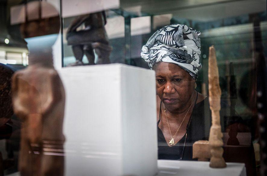 As coleções expostas no Museu Nacional de Gana, em Accra, incluem objetos históricos, peças em miçangas, ...