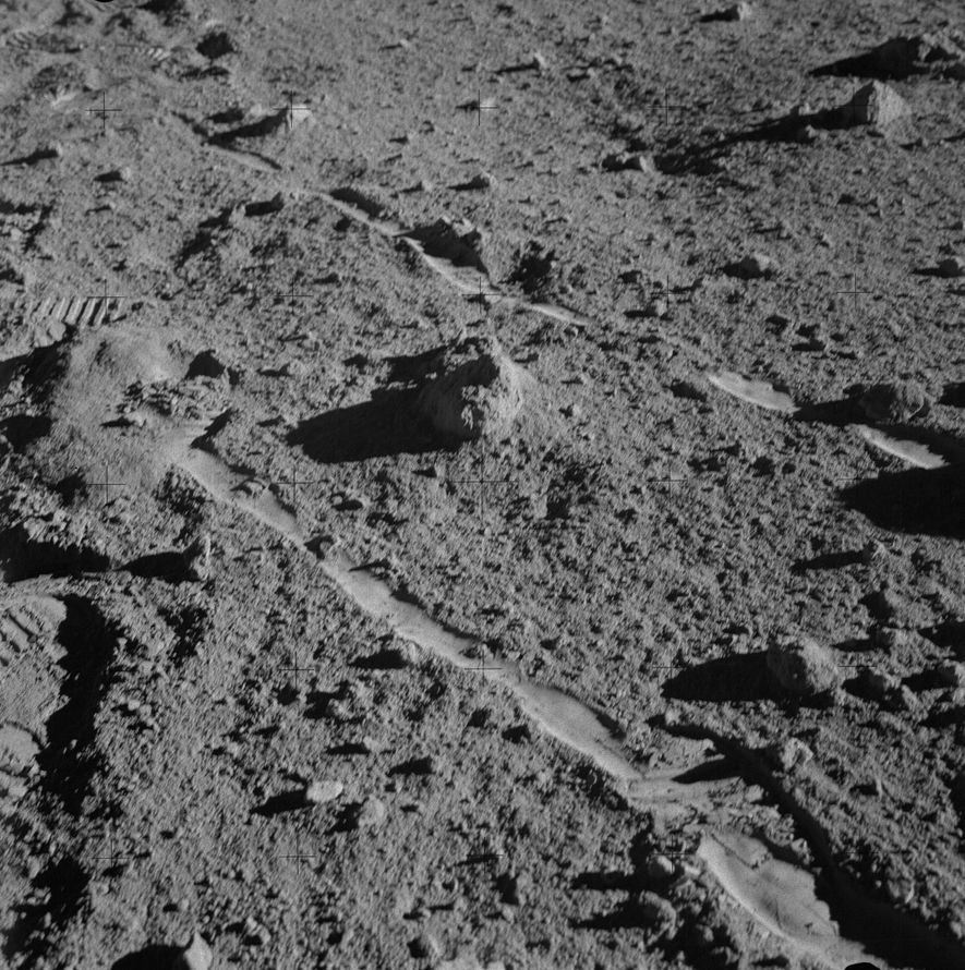 O astronauta Alan Shepard da Apollo 14 fotografou a rocha conhecida como 14321 minutos antes de ...