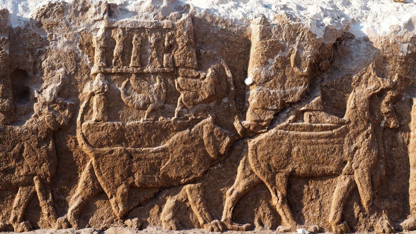 Relevos antigos raramente encontrados fora de palácios retratam uma procissão de deuses assírios, incluindo a divindade ...