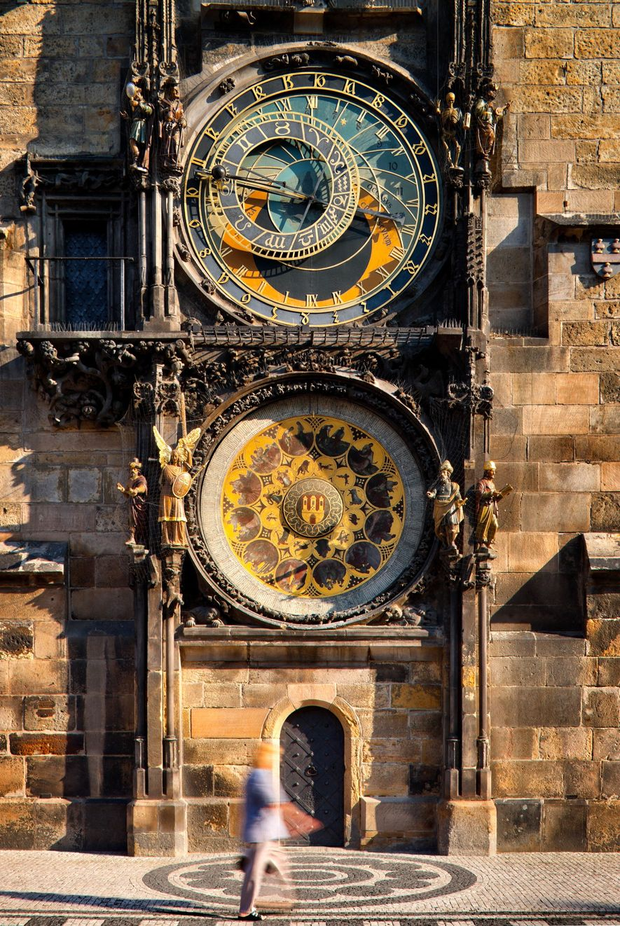 O Relógio Astronômico da Praça da Cidade Velha é acionado a cada hora.