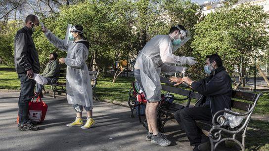 Estudantes de medicina atendem pessoas em situação de rua em um parque em Praga, República Tcheca, ...