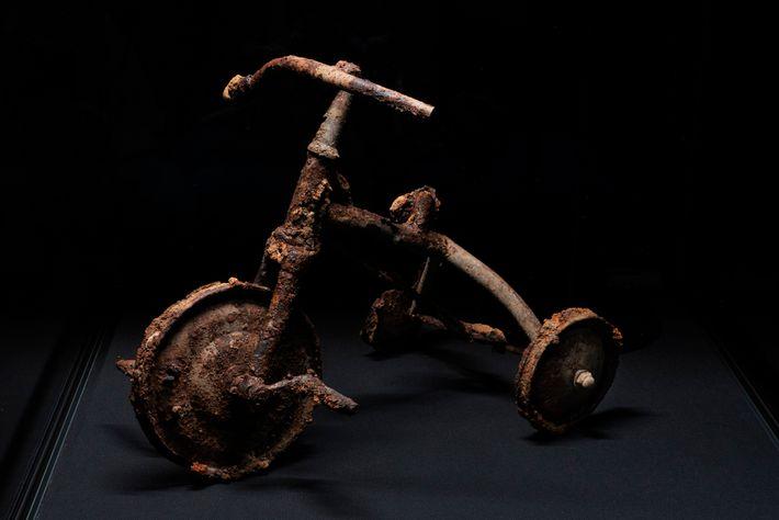 Shinichi Tetsutani, de 3 anos, estava andando neste triciclo quando a bomba foi lançada. Naquela noite, ...