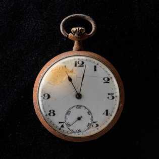 Os ponteiros deste relógio de bolso recolhido em Nagasaki pararam às 11h02 da manhã —momento da ...