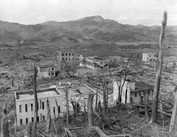 """A bomba """"Fat Man"""" (Homem Gordo) destruiu grande parte das residências de madeira de Nagasaki, deixando ..."""