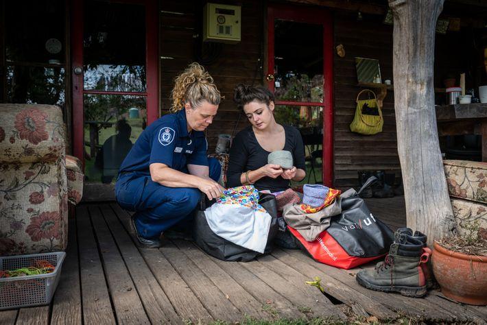 Abby Smith, à esquerda, oficial florestal e de vida selvagem do departamento de meio ambiente de ...