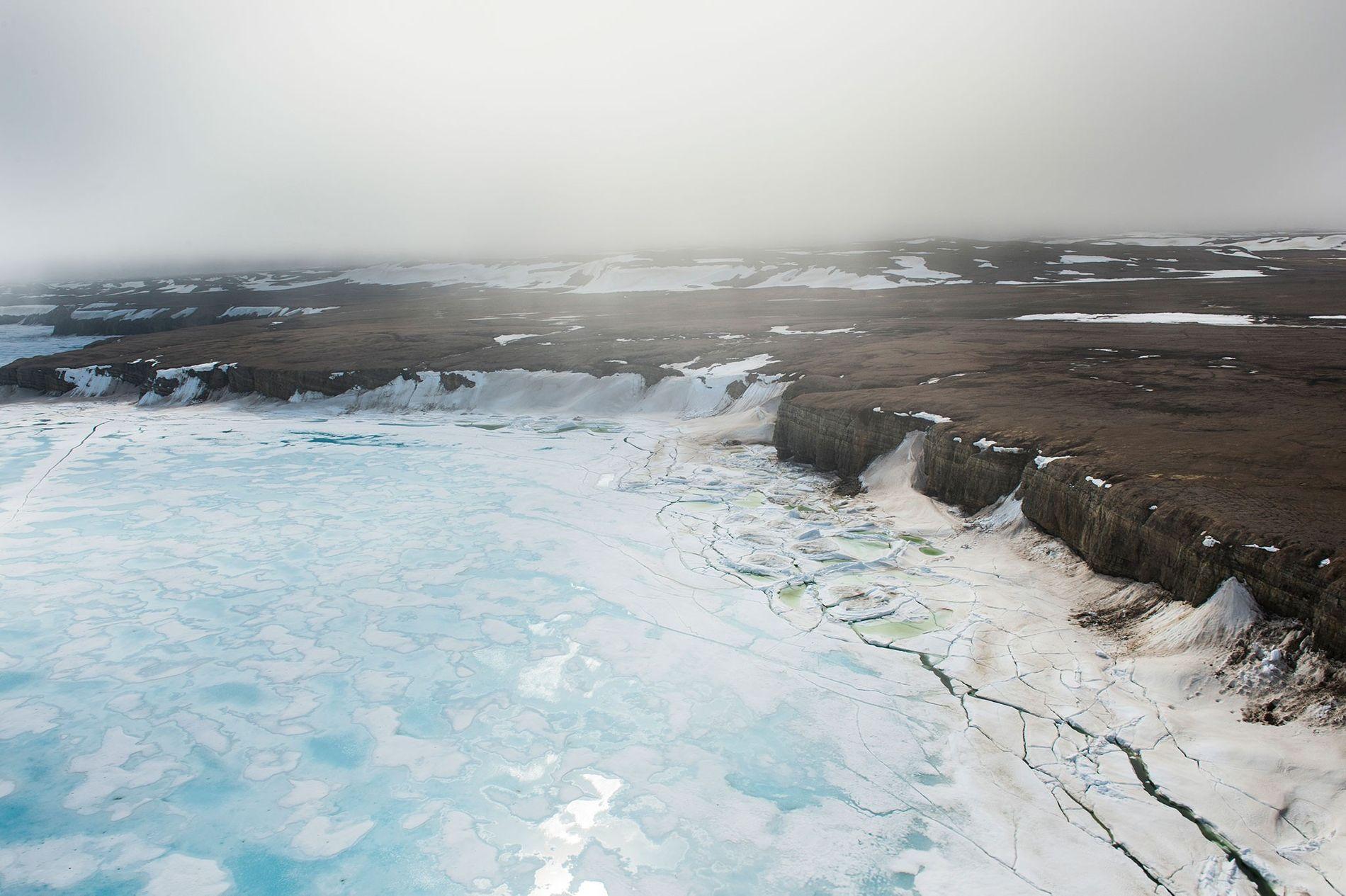 A beira de uma banquisa de gelo perto da Ilha de Baffin, no alto Ártico do ...