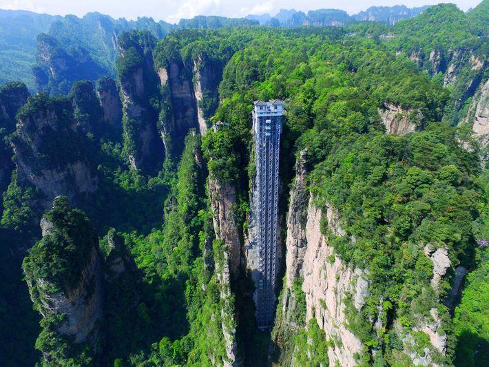 O Elevador de Bailong, também conhecido como o Elevador dos Cem Dragões, tem mais de 300 ...