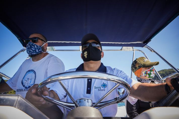 À bordo do Stenella, a equipe do Instituto Argonauta monitora o mar e praias remotas do ...