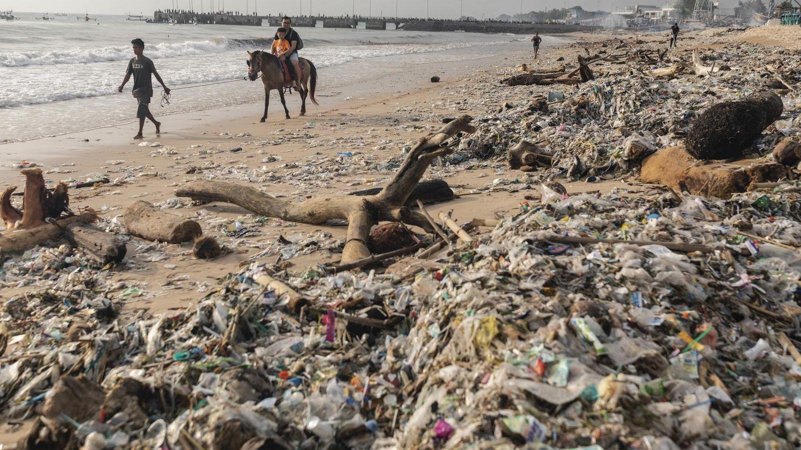Turistas a cavalo na Praia de Kedonganan, Bali, 27 de janeiro de 2019. Todos os anos, ...