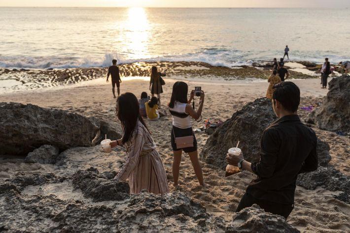 Quem visita a praia de Tegal Wangi costuma levar aperitivos para comer enquanto assiste ao pôr ...