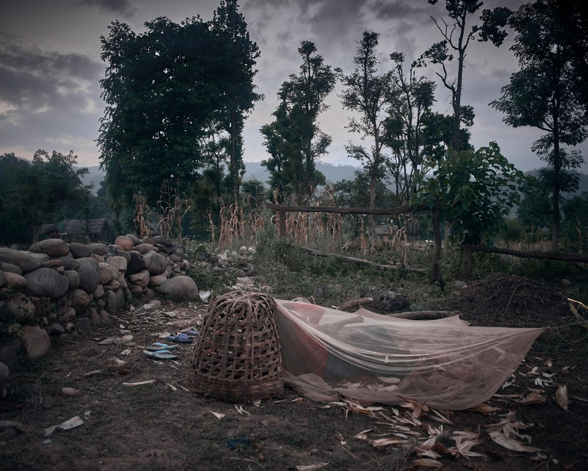 Uma cabana do Chaupadi dividida por Pabitra Pariyar, 14, e Dharma Nepali Pariyar, 25, no distrito ...