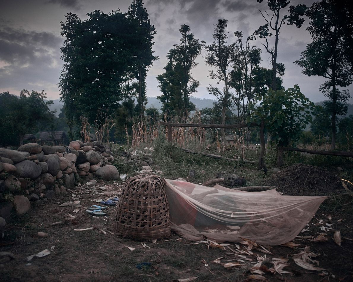 Uma cabana do Chaupadi dividida por Pabitra Pariyar, 14, e Dharma Nepali Pariyar, 25, no distrito …