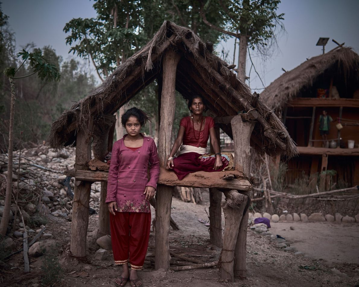 """Ranga Joshi, 42, divide sua cabana com a recém-chegada Minu, 14. """"Às vezes, recebo comida e, ..."""