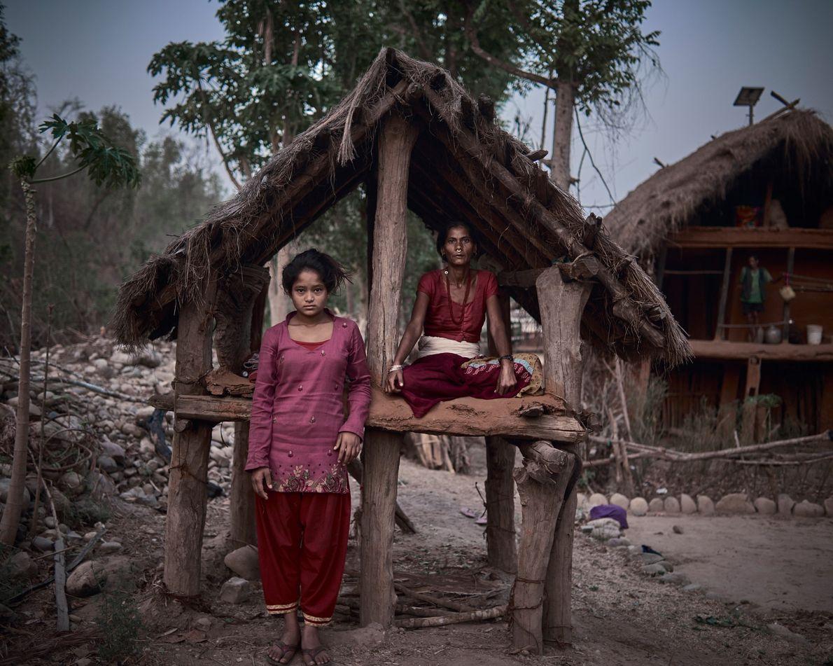 """Ranga Joshi, 42, divide sua cabana com a recém-chegada Minu, 14. """"Às vezes, recebo comida e, …"""