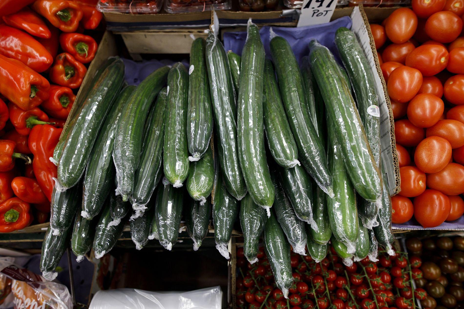 Pepinos embrulhados em plástico são exibidos em um supermercado em Toronto, no Canadá. Embalagens de alimento ...