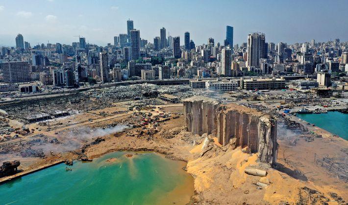 Uma vista aérea mostra os enormes danos nos silos de grãos do porto de Beirute e ...