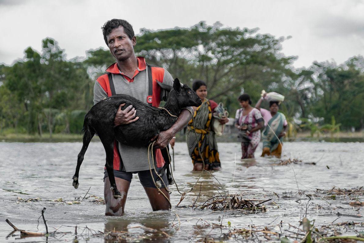 Uma violenta tempestade superciclônica atingiu o leste da Índia e Bangladesh em maio, matando dezenas de ...