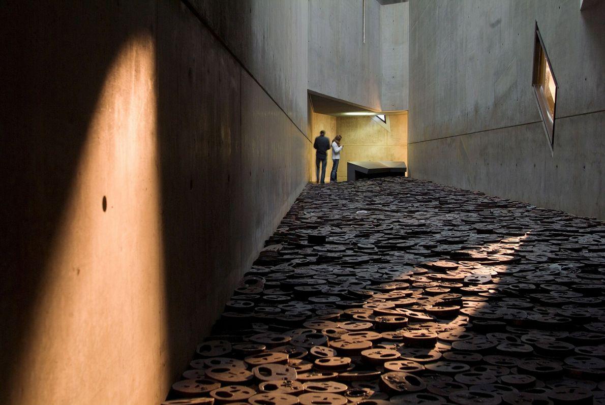 MUSEU JUDAICO, BERLIM  O arquiteto Daniel Libeskind projetou as reformas realizadas em 2001 no Museu Judaico, construído ...