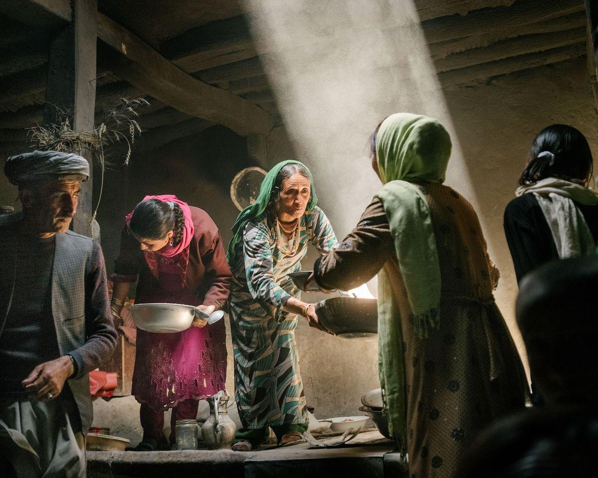 No vilarejo de Qalahye Panjah, na região de Wakhan, no Afeganistão, mulheres Wakhi preparam a comida ...