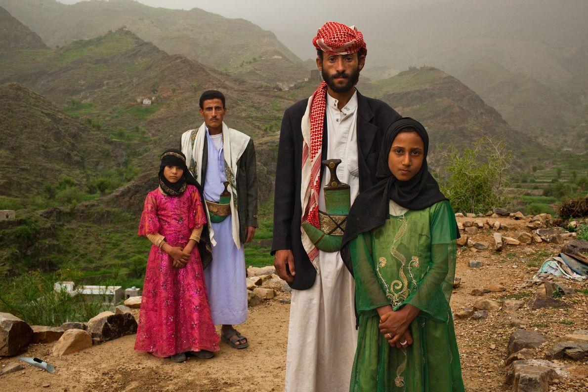 HAJJAH, IÊMEN Os homens que pairam sobre essas meninas iemenitas não são seus pais. Por seu projeto ...
