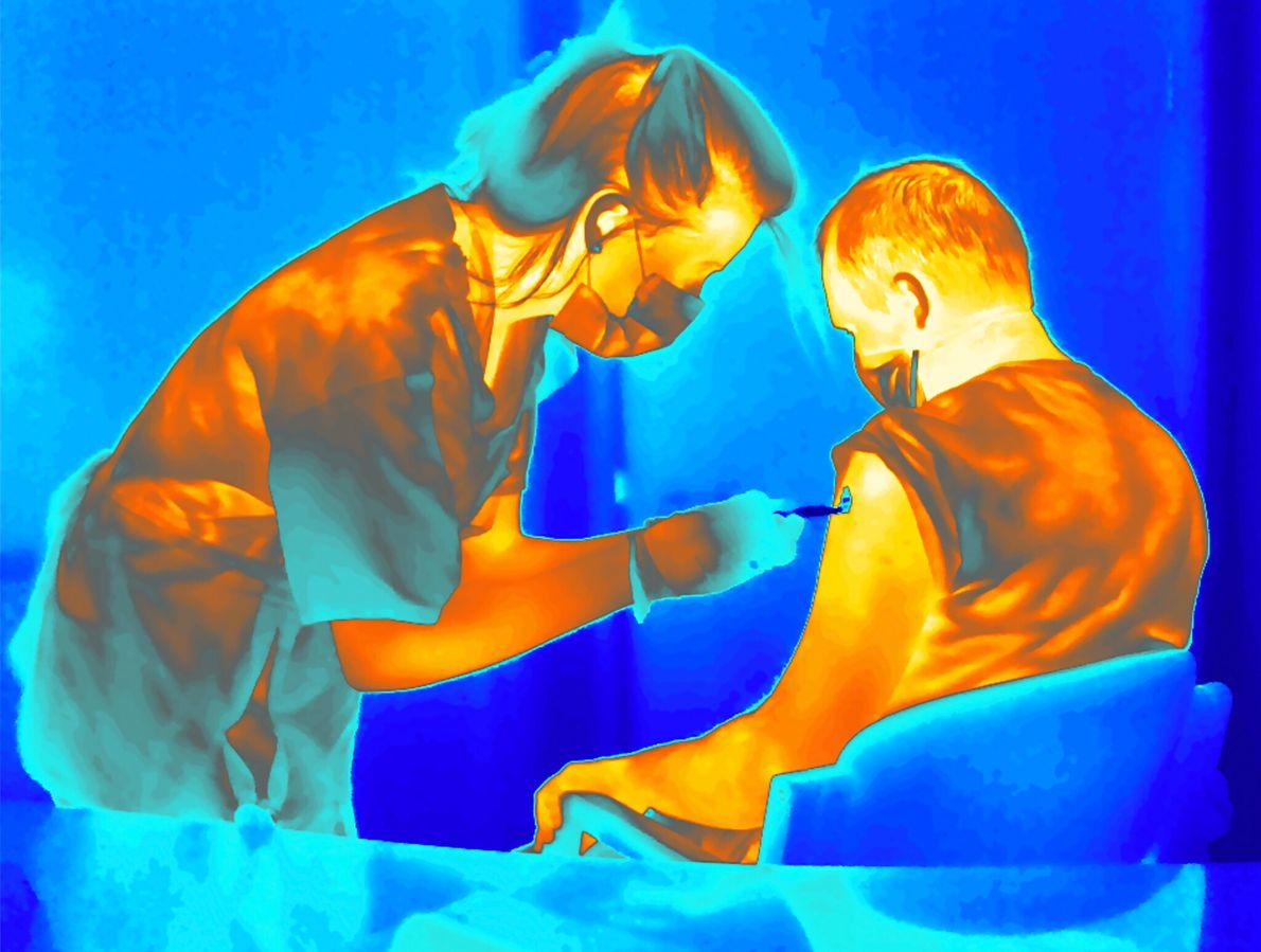 Voluntário de estudo recebe injeção com vacina refrigerada contra a covid-19 desenvolvida na Universidade de Oxford, na Inglaterra. ...
