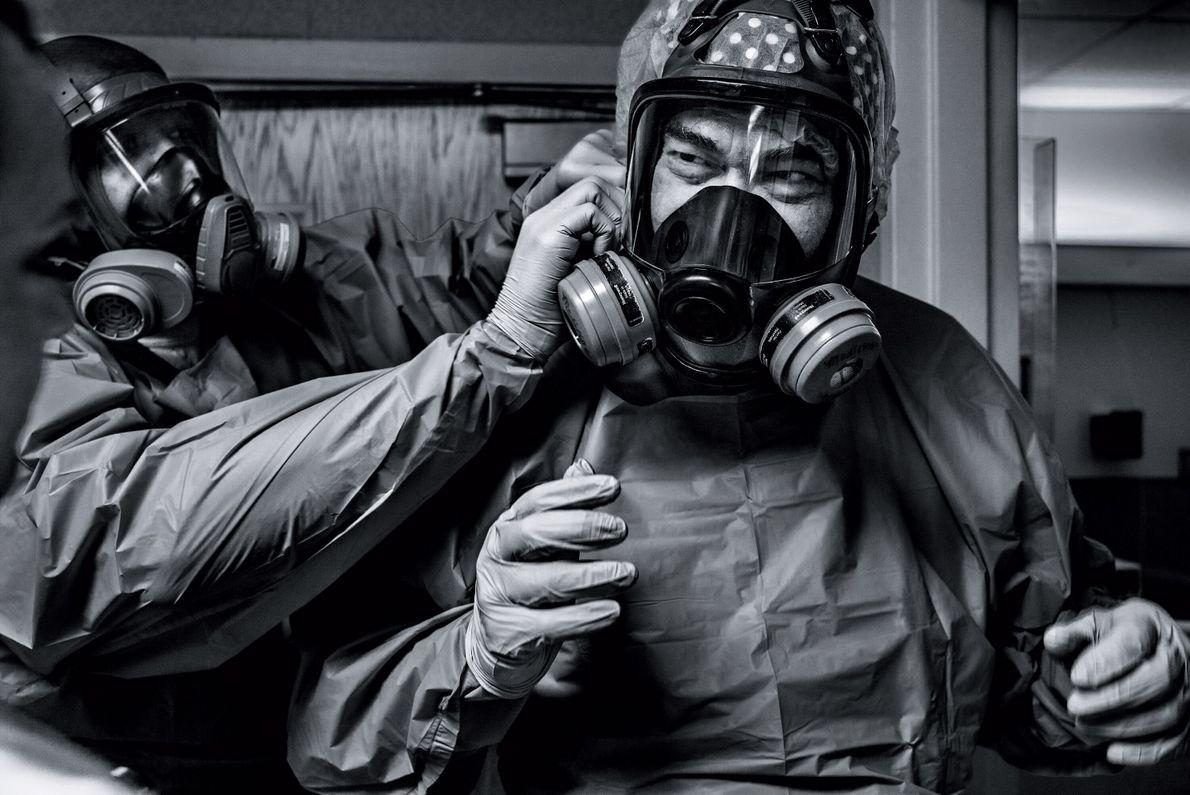 O médico Gerald Foret coloca uma máscara de proteção antes de atender os pacientes de covid-19 ...