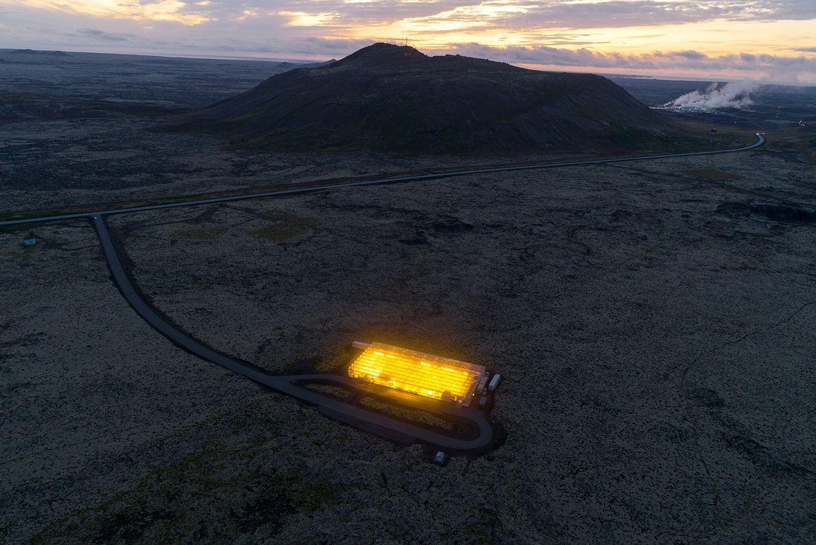 Situada em um campo de lava na Península Reykjanes, na Islândia, esta estufa de carbono negativo ...