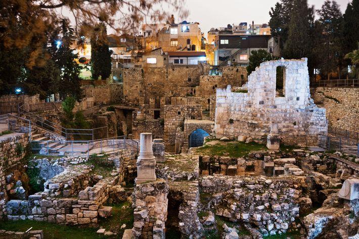 Em Jerusalém, Jesus curou um paralítico em uma piscina ritual cercada por cinco pórticos chamada Tanque ...