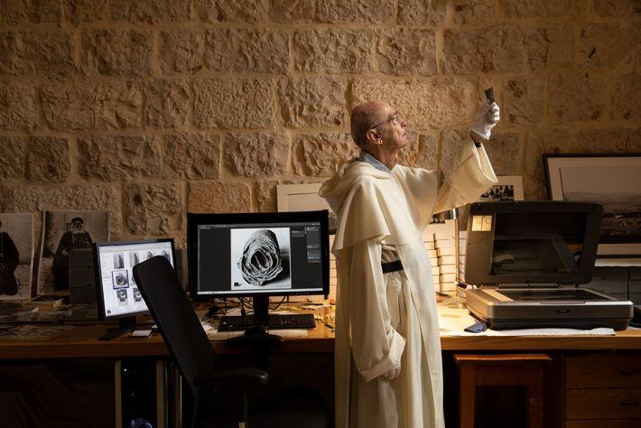 cacadores-de-biblia-monge-dominicano