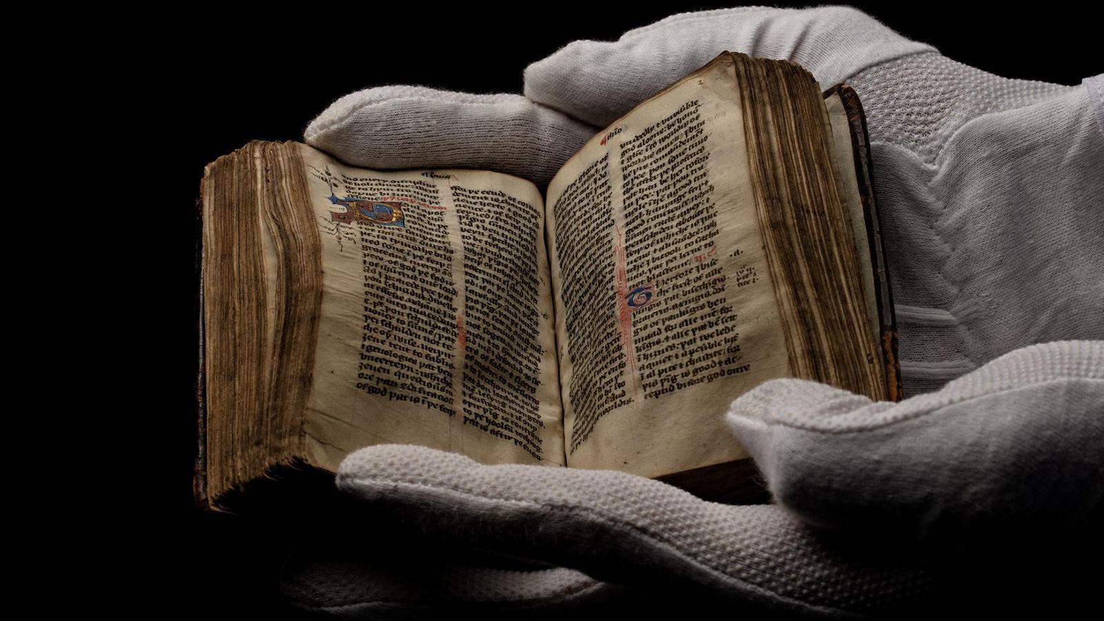 Um exemplar do Novo Testamento de Wycliffe, copiado à mão por volta de 1400, é exposto ...