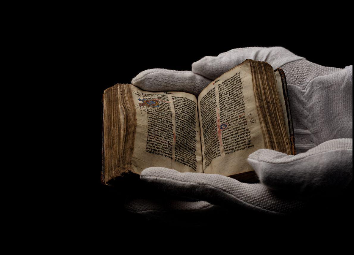 Copiado à mão por volta de 1400, um Novo Testamento de Wycliffe em exibição em um ...