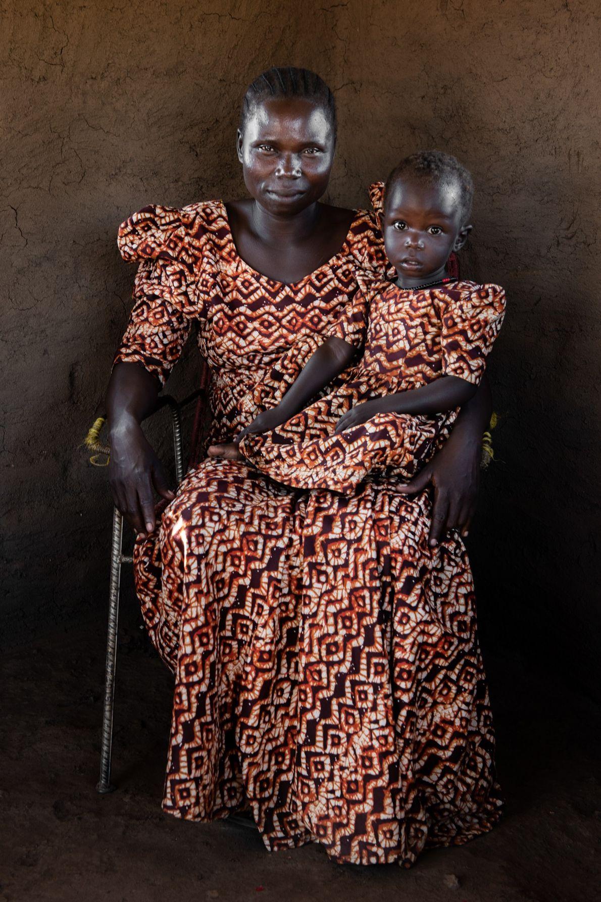 No Sudão do Sul, Rose Asha Sillah, na foto com a filha, ajudou a abrir uma ...